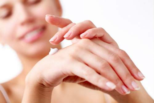 Como fazer as unhas em casa - hidratando as mãos