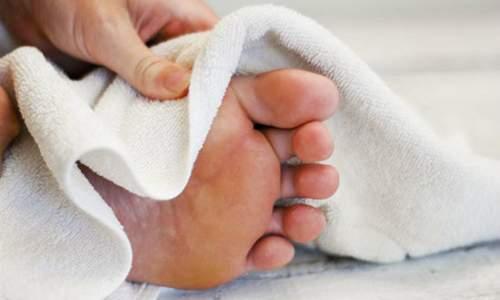 Dicas de cuidados com os pés para o inverno - secar os pés